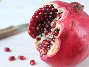 Granatapfel mit Messer