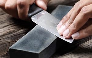 Messer schärfen auf dem Schleifstein